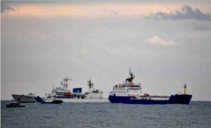 Pacific Egret arrives Tokai Mura port with Shikishima coastguard escort. [photo by Hidemichi Kano]